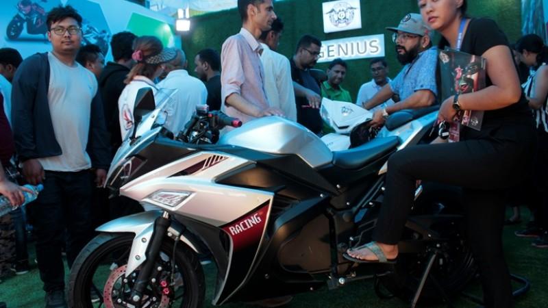 अटो शोमा इलेक्ट्रीक बाइक तथा स्कुटरमा अवलोकन कर्ताको भिड
