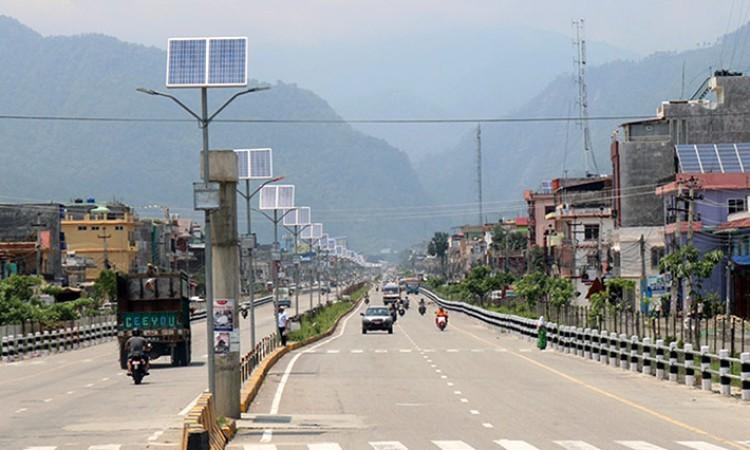 उज्यालो हुँदै काठमाडौँका मुख्य सडक_img