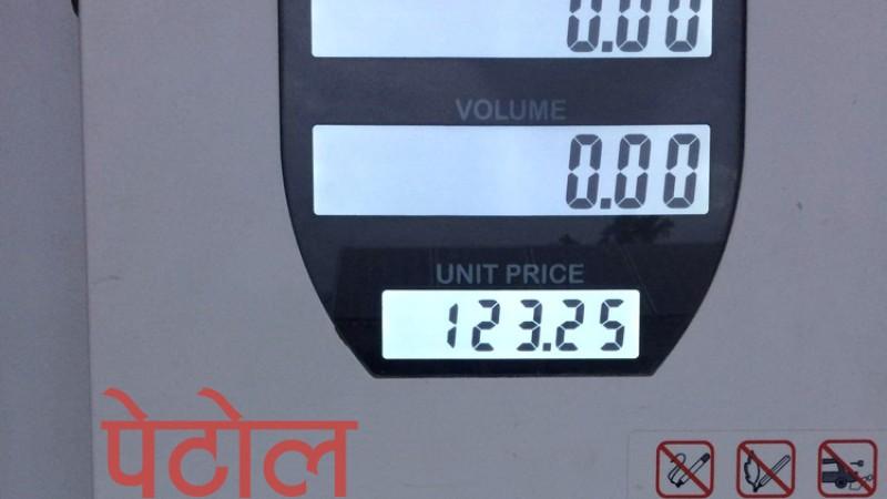 ६४ रुपैयाँमा किनेको पेट्रोलमा थप ६८ रुपैयाँ खर्च !_img