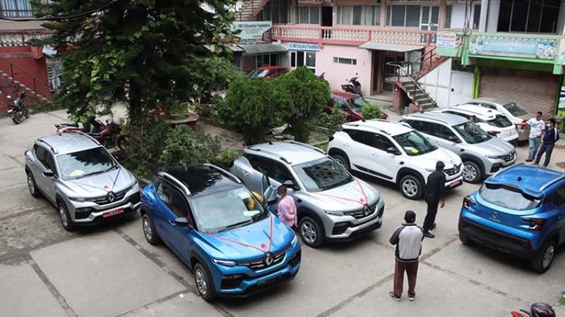 घटस्थापना विशेषः थापाथलीमा गाडी ग्राहकलाई दिन तयार विक्रेता (फोटो–फिचर)